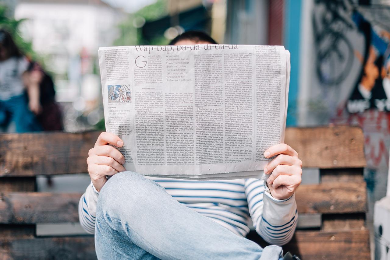 I giovani spendono più tempo a leggere i giornali di carta che l'online